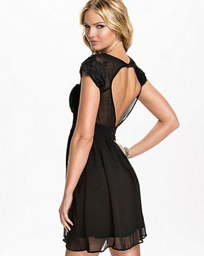 Till dam från Elise Ryan, en svart klänning.