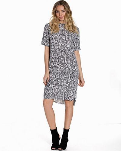 Till dam från Soaked in Luxury, en svart klänning.