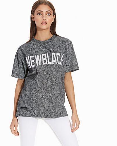 Till dam från New Black, en svart t-shirts.