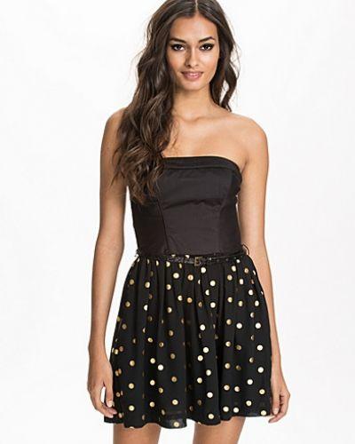 Till tjejer från Hilfiger Denim, en svart jeansklänning.