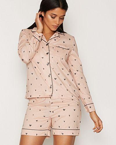 Till dam från Pieces, en rosa pyjamas.