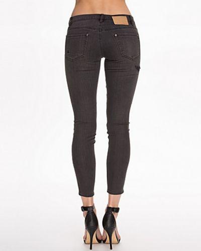 Till dam från Odd Molly, en svart slim fit jeans.