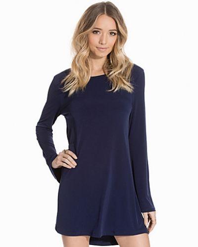 Till dam från NLY Trend, en blå långärmad klänning.