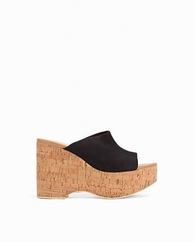 Till dam från Nly Shoes, en svart wedge-klack.