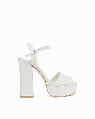 Till dam från Nly Shoes, en vit högklackade.