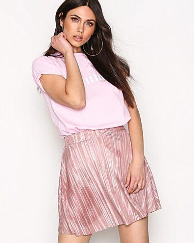 Till kvinna från NLY Trend, en minikjol.