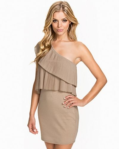 Till dam från NLY One, en beige one shoulder dress.