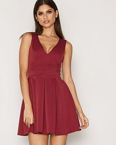 Klänning Plunge Neck Pleated Dress från NLY One