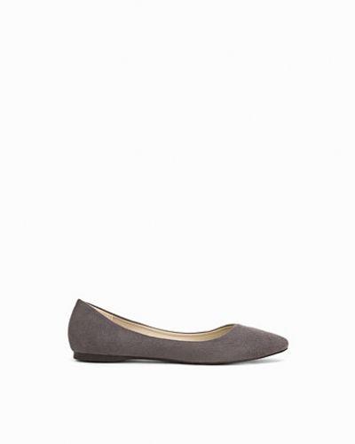 Till dam från Nly Shoes, en grå loafers.