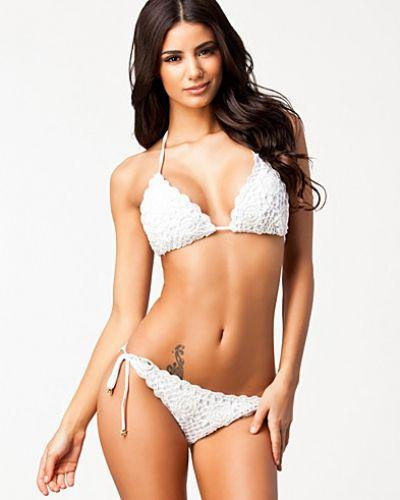 Till tjejer från South Beach, en vit bikinitrosa.