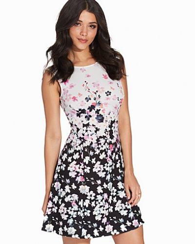 Till dam från Lipsy, en flerfärgad ärmlösa klänning.