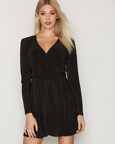Klänning Pretty Pleats Dress från NLY Trend