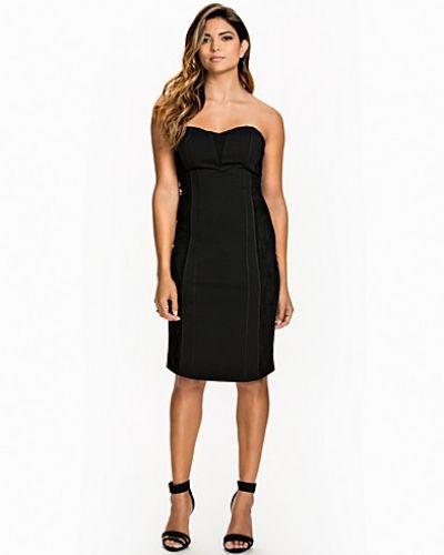 Till dam från Rut&Circle, en svart bandeauklänning.