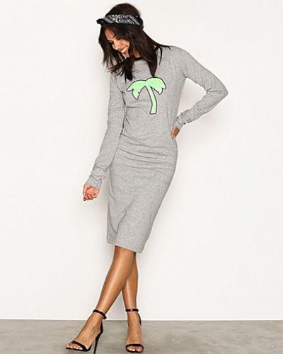Till dam från Back, en grå fodralklänning.
