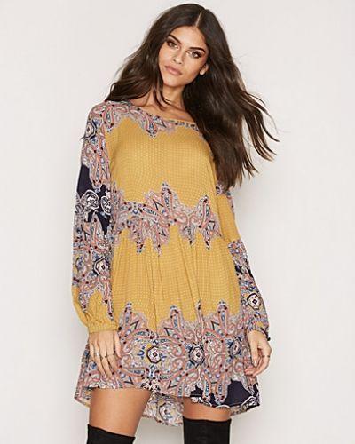 Printed LS Dress Glamorous långärmad klänning till dam.