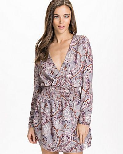 Långärmad klänning från NLY Design till dam.