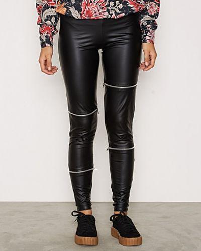 Till dam från NLY Trend, en svart leggings.