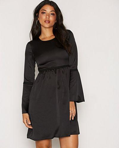 Till dam från Dry Lake, en svart klänning.