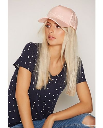 Till dam från Calvin Klein, en rosa huvudbonad.
