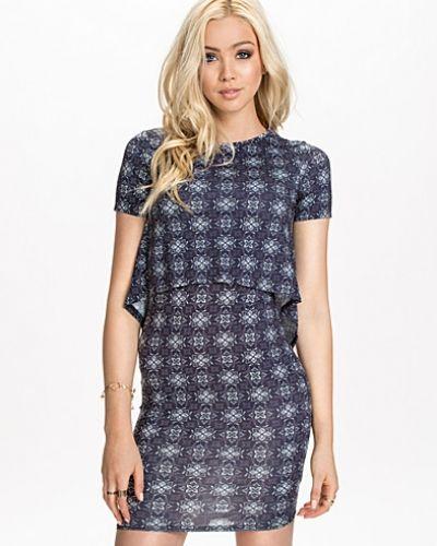 Klänning Rhona Tier Dress från New Look