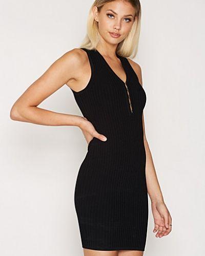 Till dam från T By Alexander Wang, en svart klänning.