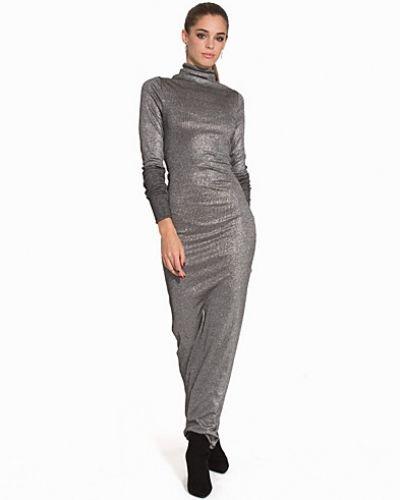 Silver klänning från Back till dam.