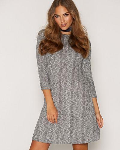 Till dam från New Look, en grå långärmad klänning.