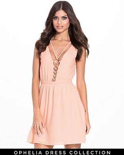 Till dam från NLY Trend, en rosa klänning.