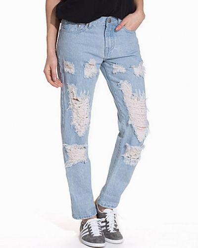 Blå boyfriend jeans från Glamorous till tjej.