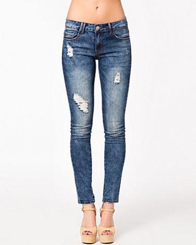 Boyfriend jeans från Glamorous till tjej.