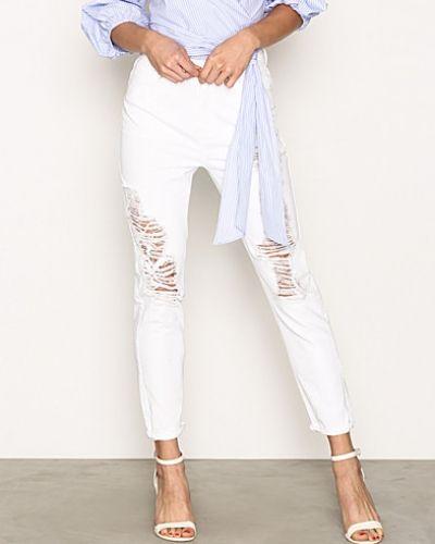 Till dam från New Look, en vit straight leg jeans.