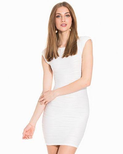 Till dam från Ax Paris, en creamfärgad fodralklänning.