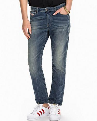 Till dam från Diesel, en blå boyfriend jeans.