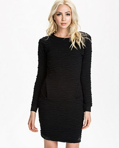 Till dam från French Connection, en svart långärmad klänning.