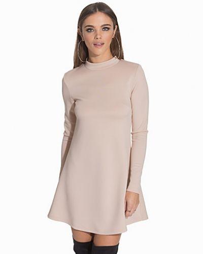 Till dam från NLY Trend, en beige klänning.