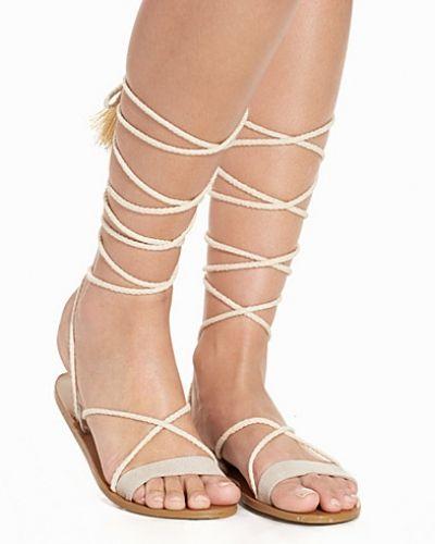 Till dam från Nly Shoes, en beige sandal.