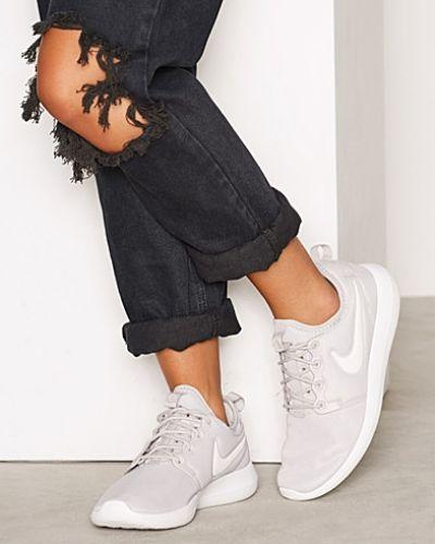 Nike sneakers till dam.