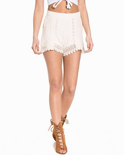 Till dam från NLY Trend, en vit shorts.