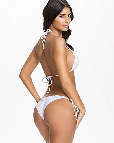 Till tjejer från NLY Beach, en vit bikinitrosa.