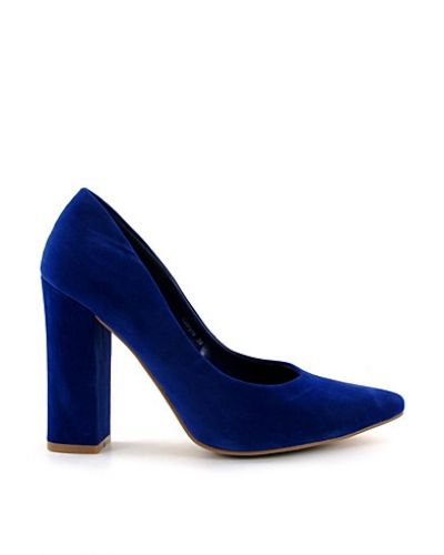 Sabryne NLY Trend pumps till dam.