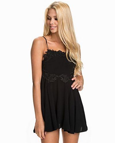 Till dam från For Love & Lemons, en svart miniklänning.