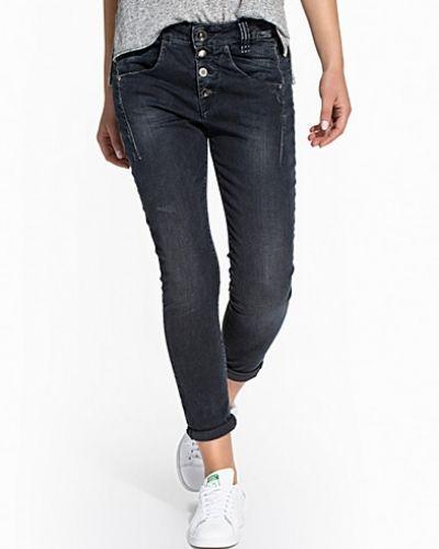 Till tjej från Fornarina, en blå boyfriend jeans.