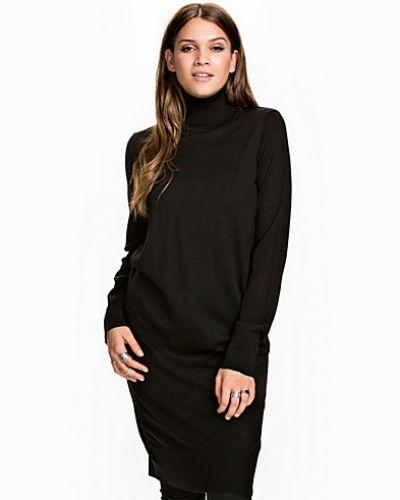 Långärmad klänning Sanella T-Neck Dress från Samsøe & Samsøe