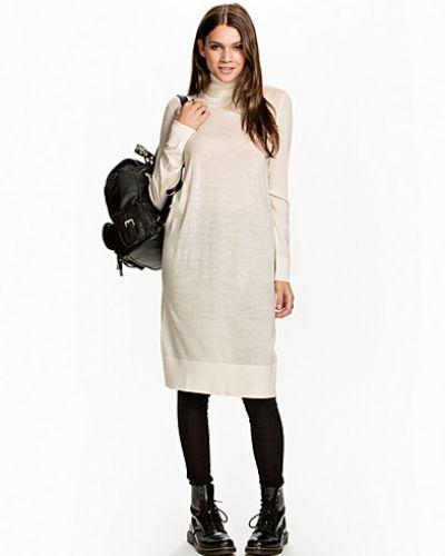 Till dam från Samsøe & Samsøe, en creamfärgad långärmad klänning.