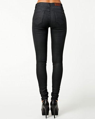 Till dam från Hilfiger Denim, en svart slim fit jeans.