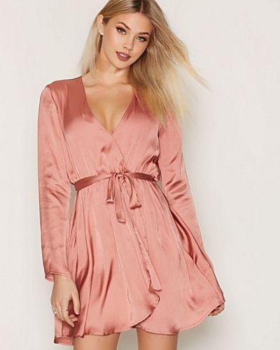 Klänning Satin Wrapped Dress från NLY Trend