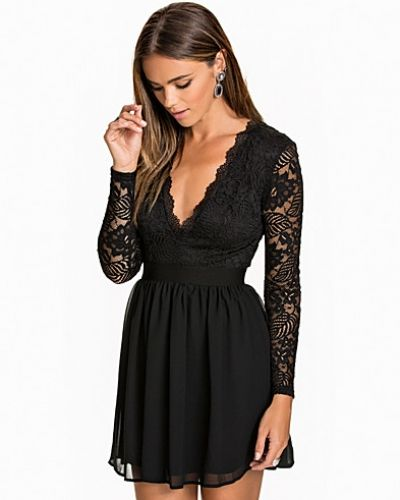 Festklänning Scalloped Lace Prom Dress från NLY Trend
