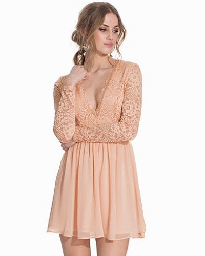 Scalloped Lace Prom Dress från NLY Trend