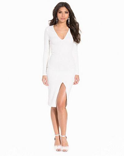 Till dam från Club L Essentials, en creamfärgad fodralklänning.