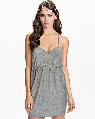 Till dam från NLY ICONS, en silver klänning.